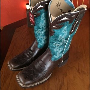 Gorgeous Women's Ariat Western Boots Size 7.5 B
